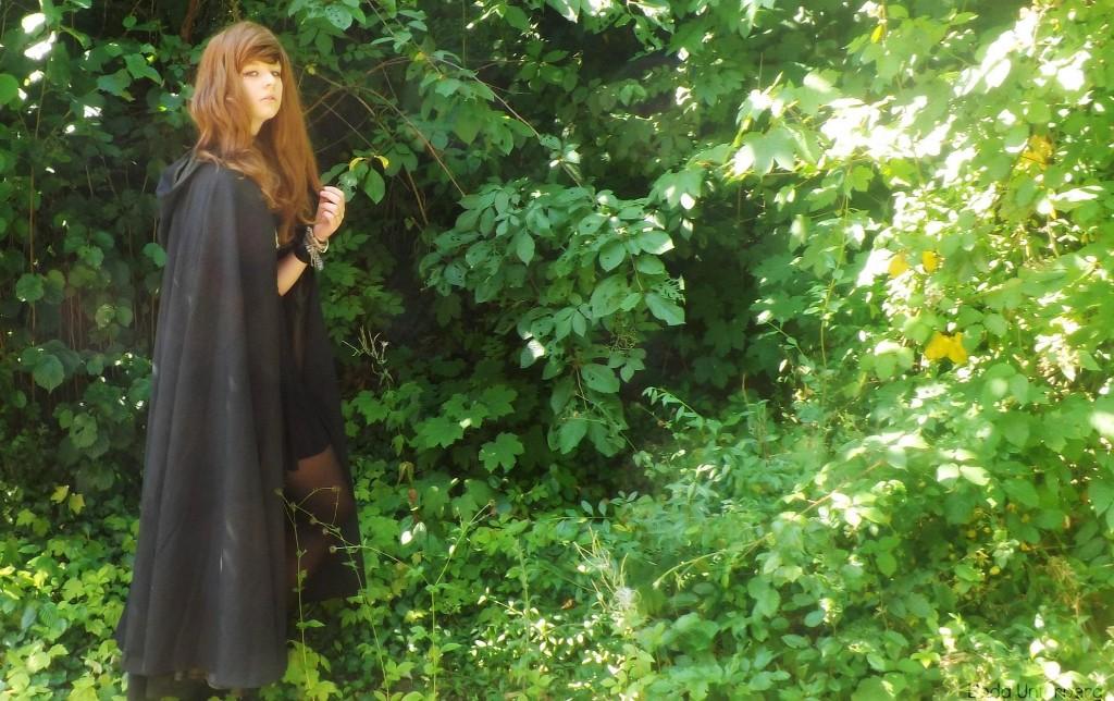 Linda (15 J) hat sich hier ihr Traum-Cape mit Kapuze genäht.