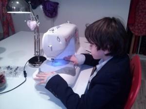 Viele Kinder möchten auch gern nähen lernen. Wenn sie unter 11 Jahre sind, lade ich sie gern zu einem Mutter - Kind Workshop ein.