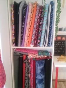 Hier finden Sie eine schöne kleine Auswahl an Jersey, Cord, Nicky und Kleiderstoffen.