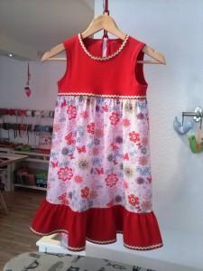 Schickes Sommerkleidchen für kleines Mädchen mit Gr. 122/128.