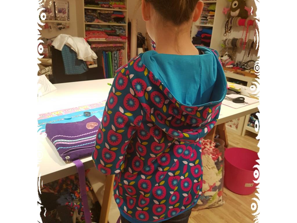 Dieses Mädchen hat sogar einen Pulli mit gefütterter Kapuze genäht.