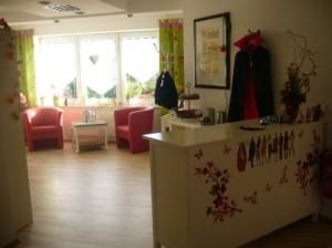 Gleich im Eingangsbereich des Nähcafés bekommen Sie einen ersten Eindruck von der schönen, ansprechenden Einrichtung.