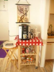 Für frisch gemahlenen Bohnenkaffee ist stets gesorgt. Außerdem gibt es Tee und kalte Getränke.
