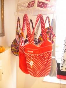 Beim Thema Taschen gibt es unerschöpfliche Möglichkeiten. Diese Pünktchen - Shopper z.B. finde ich einfach süß!