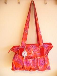 Schöner Shopper in interessantem Stoffdesign. Natürlich mit schönen Details versehen, pink unterfüttert, mit Innentasche.