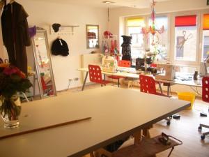Ein großer Tisch in angenehmer Steh - Höhe läd Sie dazu ein, sich mit ihrem Stoff und Schnitt auszubreiten.