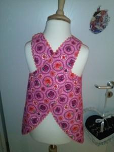 Von hinten sieht das Kleidchen so aus. Es wird auf den Schultern mit je einem Druckknopf geschlossen.