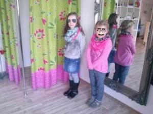 Wie stolz die beiden waren, als sie dann vor dem Spiegel ihre selbstgenähten Loop-Schals anprobierten !!