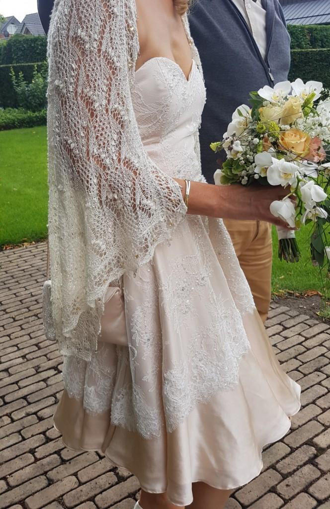 Die wunderschöne Stola hat die Braut selbst gestrickt, aus Seidengarn. Am Rand entlang hat sie hunderte Perlen und Swarovsky Steinchen eingestrickt, der glitzernde Wahnsinn :)