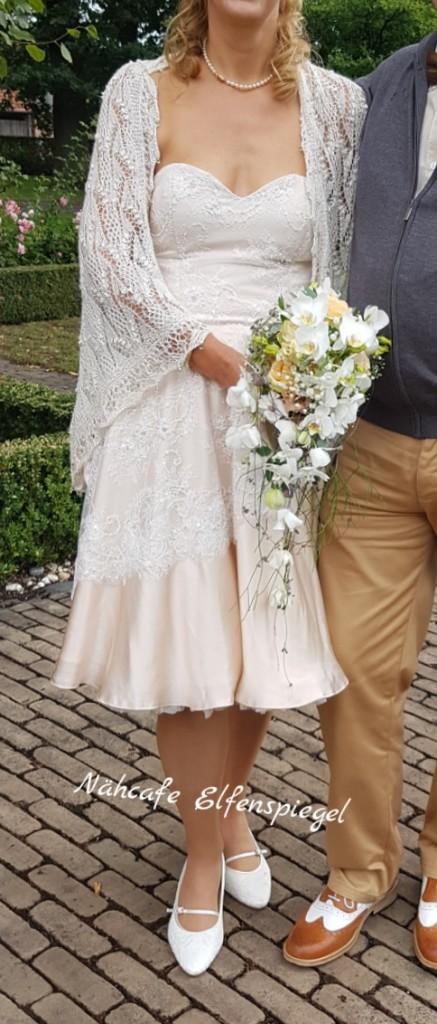 Hochzeitskleid aus Seide und mit Perlen und Pailletten bestickter Spitze