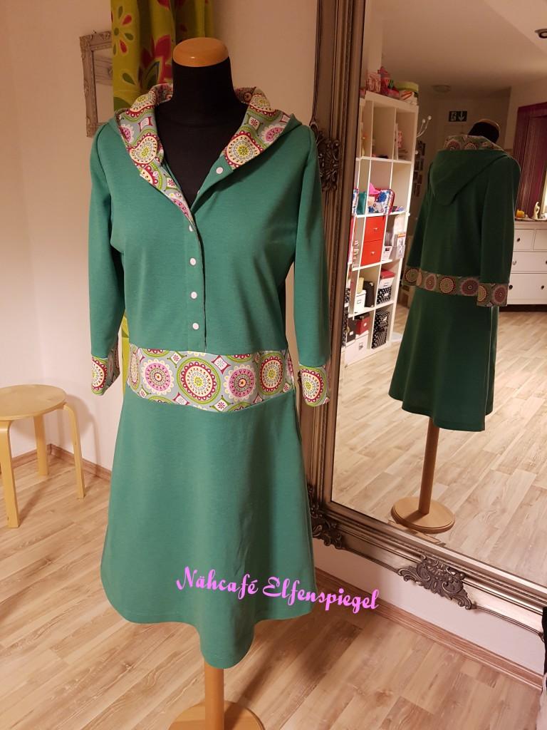 Kleid aus Polojersey und wunderschönem Baumwolljersey, sportlich mit Knopfleiste und gefütterter Kapuze.