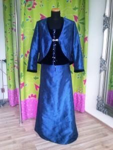 Dreiteiliges Abendkleid aus besticktem Taft und tiefblauem Samt. Schön für den Elfentanz....