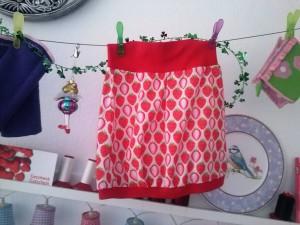 Zuckersüßes Erdbeerröckchen für ein kleines Mädel,genäht von Mama. Damit kann sie aber im Kindergarten angeben!
