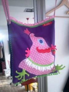 Diese Erdbeer-Klau-Monster-Tasche hat einen ganz schlichten Schnitt. Wir können schöne Bänder draufnähen und uns ein Bild ausdenken und schwupps entsteht ein tolles Unikat !