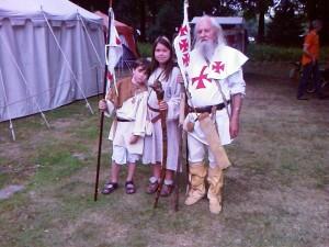 Mittelalterlich Gewandung können auch Männer nähen! Dieser Ritter hier macht das ganz hervorragend....