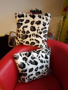 40 x40 cm große Kissen aus traumhaft weichem Kunstfell. Mit einem Federkissen gefüllt. Preis: 15,-€