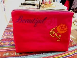 """Kosmetiktasche """"Beautiful"""" aus rotem Feincord, mit hübschem Innefutter und einer kleinen Innentasche. Ein dicker Glitzerreißverschluss und der schöne Aufdruck machen dieses Täschchen unverwechselbar. Größe 23 x 17 cm. Preis: 18,-€"""