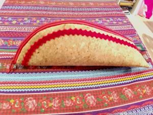 Stiftemäppchen aus weichem Korkstoff, mit einem roten Samtband verziert und innen ein Überraschungsfutter aus rotem Paisley-Stoff. Preis, 18,-€